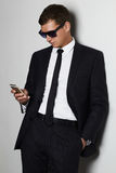 Επιχειρηματίας στο τηλέφωνο όμορφο άτομο στο κοστούμι και τα γυαλιά ηλίου Στοκ φωτογραφία με δικαίωμα ελεύθερης χρήσης