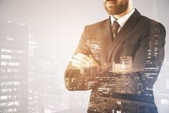 Επιχειρηματίας στο υπόβαθρο πόλεων Στοκ Φωτογραφία