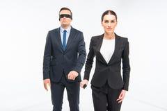 Επιχειρηματίας στο blindfold και επιχειρηματίας Στοκ Εικόνες