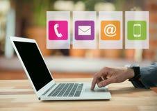 Επιχειρηματίας στο lap-top στο άνετο θερμό δωμάτιο με τα apps Στοκ φωτογραφίες με δικαίωμα ελεύθερης χρήσης
