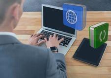 Επιχειρηματίας στο lap-top στο γραφείο με τα apps Στοκ εικόνες με δικαίωμα ελεύθερης χρήσης