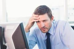 Επιχειρηματίας συμπύκνωσης που εξετάζει τον υπολογιστή του Στοκ φωτογραφία με δικαίωμα ελεύθερης χρήσης
