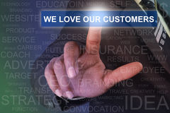 Επιχειρηματίας σχετικά με αγαπάμε το κουμπί πελατών μας στο εικονικό SCR Στοκ Φωτογραφία