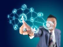 Επιχειρηματίας σχετικά με σύγχρονο κοινωνικό Στοκ εικόνες με δικαίωμα ελεύθερης χρήσης