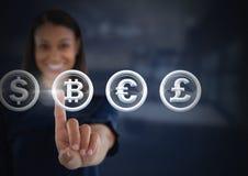 Επιχειρηματίας σχετικά με τα γραφικά νομίσματα εικονιδίων και χρημάτων bitcoin Στοκ φωτογραφίες με δικαίωμα ελεύθερης χρήσης