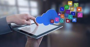 Επιχειρηματίας σχετικά με την ταμπλέτα με app τα εικονίδια και σύννεφο στο ευρύ δωμάτιο προς τα παράθυρα Στοκ φωτογραφία με δικαίωμα ελεύθερης χρήσης