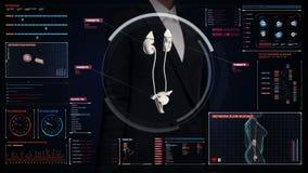 Επιχειρηματίας σχετικά με την ψηφιακή οθόνη, ανιχνευτικά νεφρά στο ταμπλό ψηφιακής επίδειξης των ακτίνων X άποψη ελεύθερη απεικόνιση δικαιώματος