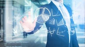 Επιχειρηματίας σχετικά με τη διεπαφή τεχνολογίας με την επιχείρηση και το fina Στοκ Εικόνα