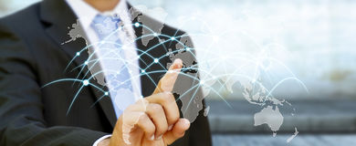 Επιχειρηματίας σχετικά με τις ανταλλαγές '3D παγκόσμιων δικτύων και στοιχείων ren Στοκ Φωτογραφία