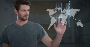 Επιχειρηματίας σχετικά με το δυαδικό τεχνολογίας παγκόσμιων χαρτών Στοκ Φωτογραφία