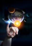 Επιχειρηματίας σχετικά με το ηλιακό σύστημα με τα δάχτυλά του Στοκ Εικόνες