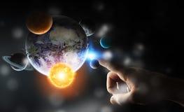 Επιχειρηματίας σχετικά με το ηλιακό σύστημα με τα δάχτυλά του Στοκ φωτογραφίες με δικαίωμα ελεύθερης χρήσης