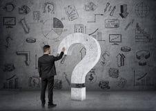 Επιχειρηματίας σχετικά με το μεγάλο τρισδιάστατο συγκεκριμένο ερωτηματικό Στοκ φωτογραφίες με δικαίωμα ελεύθερης χρήσης