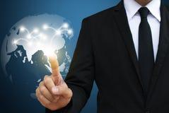 Επιχειρηματίας σχετικά με το παγκόσμιο δίκτυο επικοινωνία και κοινωνικό μ στοκ εικόνα