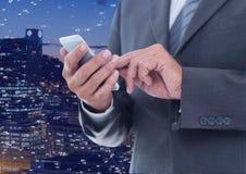 Επιχειρηματίας σχετικά με το τηλέφωνο ενάντια στην πόλη νύχτας με τους συνδετήρες Στοκ εικόνα με δικαίωμα ελεύθερης χρήσης