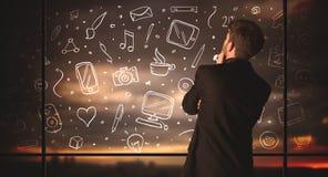Επιχειρηματίας σχεδίων με το κοινωνικό υπόβαθρο εικονιδίων μέσων Στοκ Εικόνες