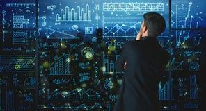 Επιχειρηματίας σχεδίων με το υπόβαθρο στατιστικών Στοκ Εικόνες