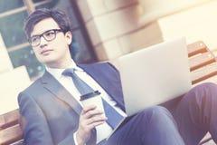 Επιχειρηματίας τον καφέ και το lap-top, που τονίζονται με Στοκ εικόνα με δικαίωμα ελεύθερης χρήσης