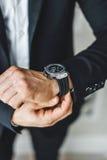 επιχειρηματίας το ρολόι κοιτάγματός του Στοκ φωτογραφία με δικαίωμα ελεύθερης χρήσης