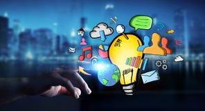 Επιχειρηματίας το χέρι που σύρονται σχετικά με lightbulb και τα εικονίδια πολυμέσων Στοκ Εικόνα