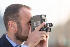 Επιχειρηματίας υπαίθριος με μια εκλεκτής ποιότητας κάμερα ταινιών Στοκ Φωτογραφία