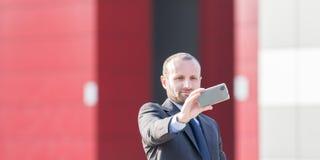 Επιχειρηματίας υπαίθριος παίρνοντας ένα selfie Στοκ φωτογραφία με δικαίωμα ελεύθερης χρήσης