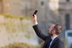 Επιχειρηματίας υπαίθριος παίρνοντας ένα selfie Στοκ Εικόνες