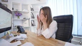 Επιχειρηματίας λυσσασμένη επάνω ένα έγγραφο, μια σύμβαση ή μια συμφωνία στο offiice απόθεμα βίντεο