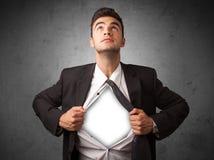 Επιχειρηματίας λυσσασμένος από το πουκάμισό του με το άσπρο copyspace στο στήθος Στοκ φωτογραφίες με δικαίωμα ελεύθερης χρήσης