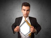 Επιχειρηματίας λυσσασμένος από το πουκάμισό του με το άσπρο copyspace στο στήθος Στοκ εικόνα με δικαίωμα ελεύθερης χρήσης