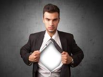 Επιχειρηματίας λυσσασμένος από το πουκάμισό του με το άσπρο copyspace στο στήθος Στοκ εικόνες με δικαίωμα ελεύθερης χρήσης