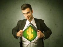 Επιχειρηματίας λυσσασμένος από το πουκάμισό του με το σημάδι δολαρίων στο στήθος Στοκ Φωτογραφία