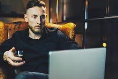 Επιχειρηματίας φωτογραφιών που χαλαρώνει το σύγχρονο γραφείο σοφιτών μετά από την ημέρα εργασίας Συνεδρίαση ατόμων στην εκλεκτής  Στοκ Εικόνες
