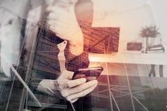 επιχειρηματίας, χέρι σχεδιαστών που χρησιμοποιεί το έξυπνο τηλέφωνο, lap-top, σε απευθείας σύνδεση banki Στοκ φωτογραφία με δικαίωμα ελεύθερης χρήσης
