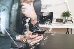 επιχειρηματίας, χέρι σχεδιαστών που χρησιμοποιεί το έξυπνο τηλέφωνο, lap-top, σε απευθείας σύνδεση banki Στοκ εικόνες με δικαίωμα ελεύθερης χρήσης