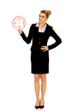 Επιχειρηματίας χαμόγελου που κρατά ένα μεγάλο ρολόι Στοκ εικόνα με δικαίωμα ελεύθερης χρήσης