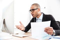 Επιχειρηματίας χρησιμοποιώντας ένα lap-top και συγκλονισμένος Στοκ φωτογραφία με δικαίωμα ελεύθερης χρήσης