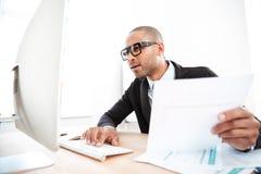 Επιχειρηματίας χρησιμοποιώντας ένα lap-top και συγκλονισμένος Στοκ Φωτογραφία