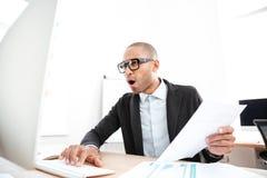 Επιχειρηματίας χρησιμοποιώντας ένα lap-top και συγκλονισμένος Στοκ Εικόνα