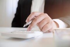 Επιχειρηματίας χρησιμοποιώντας τον υπολογιστή για τα κεφάλαια σχεδίων επένδυσης και καταθέτοντας την έννοια σε τράπεζα στοκ εικόνες με δικαίωμα ελεύθερης χρήσης