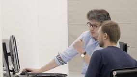 Επιχειρηματίας χρησιμοποιώντας το PC και μιλώντας με το άτομο στη συνάντηση στην αρχή φιλμ μικρού μήκους