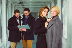 Επιχειρηματίας δύο που εξετάζει σε σας στο λόμπι με τους συναδέλφους το υπόβαθρο Στοκ Φωτογραφίες