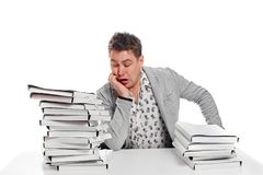 Επιχειρηματίας ύπνου στον πίνακα Στην άσπρη ανασκόπηση στοκ εικόνες