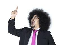 Επιχειρηματίας Afro που δείχνει πρός τα πάνω Στοκ Φωτογραφίες