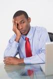 0 επιχειρηματίας Afro που εξετάζει το lap-top στο γραφείο Στοκ Εικόνες