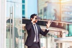 Επιχειρηματίας Afro που παίζει την προσομοίωση εικονικής πραγματικότητας Στοκ εικόνα με δικαίωμα ελεύθερης χρήσης