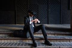 Επιχειρηματίας Afro που παίζει την προσομοίωση εικονικής πραγματικότητας Στοκ εικόνες με δικαίωμα ελεύθερης χρήσης