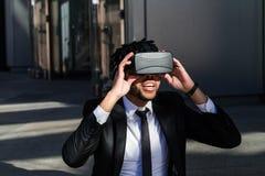 Επιχειρηματίας Afro που παίζει την προσομοίωση εικονικής πραγματικότητας Στοκ Φωτογραφίες