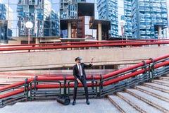 Επιχειρηματίας Afro που παίζει την προσομοίωση εικονικής πραγματικότητας Στοκ Φωτογραφία