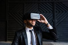 Επιχειρηματίας Afro που παίζει την προσομοίωση εικονικής πραγματικότητας Στοκ Εικόνες